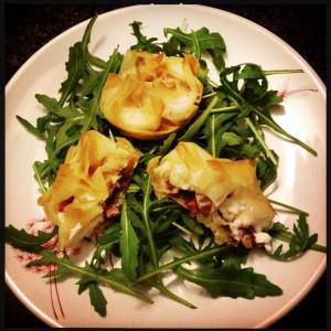 150201 salade met filodeegpakketje