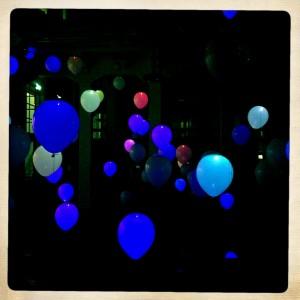 130907 verkleurende ballonnen in het Nutshuis