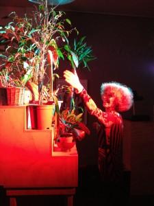 130907 Lettie maakt muziek met planten