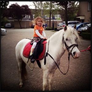 140426 Emma op een pony