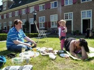 130602 picknicken voor de deur in het hofje